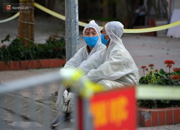 Mẹ bắn tim từ xa cho con gái, các anh thanh niên tầng trên cột dây thả túi hoa quả cho chị em tầng dưới trong khu cách ly ở Hà Nội - Ảnh 10.