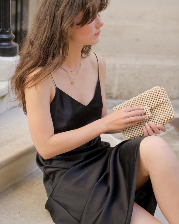 Phụ nữ Pháp cứ diện váy lụa đẹp mê thế này, chị em ngắm rồi sẽ muốn tậu ngay cả lố với muôn màu sắc - Ảnh 1.