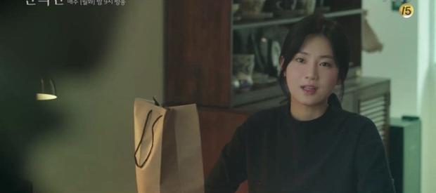 A Piece of Your Mind nâng tầm độ dị ngay tập 2: Jung Hae In thu tiếng tình đầu đã có chồng làm kỉ niệm, nữ phụ bay màu luôn từ đây? - Ảnh 5.
