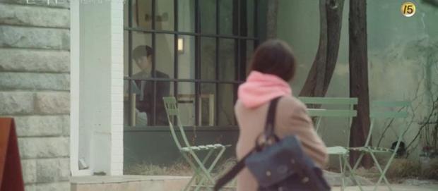 A Piece of Your Mind nâng tầm độ dị ngay tập 2: Jung Hae In thu tiếng tình đầu đã có chồng làm kỉ niệm, nữ phụ bay màu luôn từ đây? - Ảnh 7.