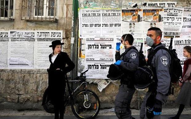 Israel cấm toàn dân di chuyển quá 100m từ cửa nhà - Ảnh 1.