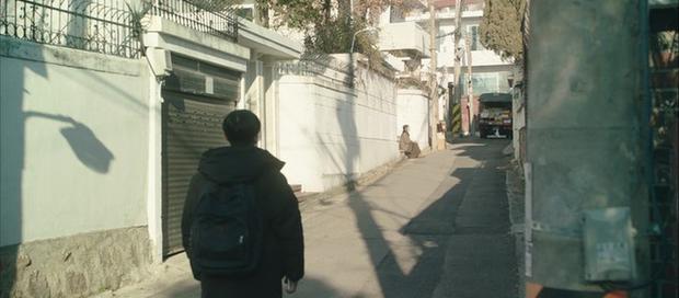 A Piece of Your Mind nâng tầm độ dị ngay tập 2: Jung Hae In thu tiếng tình đầu đã có chồng làm kỉ niệm, nữ phụ bay màu luôn từ đây? - Ảnh 4.