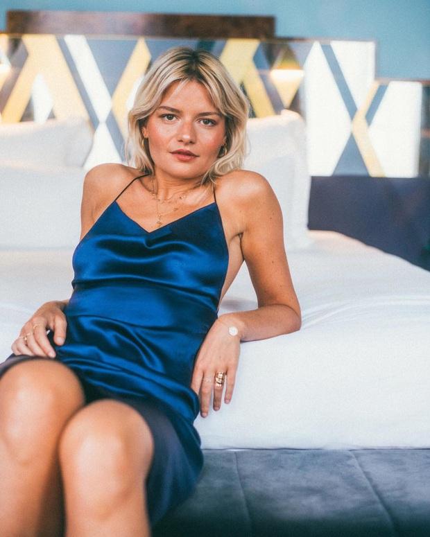 Phụ nữ Pháp cứ diện váy lụa đẹp mê thế này, chị em ngắm rồi sẽ muốn tậu ngay cả lố với muôn màu sắc - Ảnh 3.