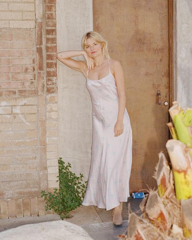 Phụ nữ Pháp cứ diện váy lụa đẹp mê thế này, chị em ngắm rồi sẽ muốn tậu ngay cả lố với muôn màu sắc - Ảnh 5.