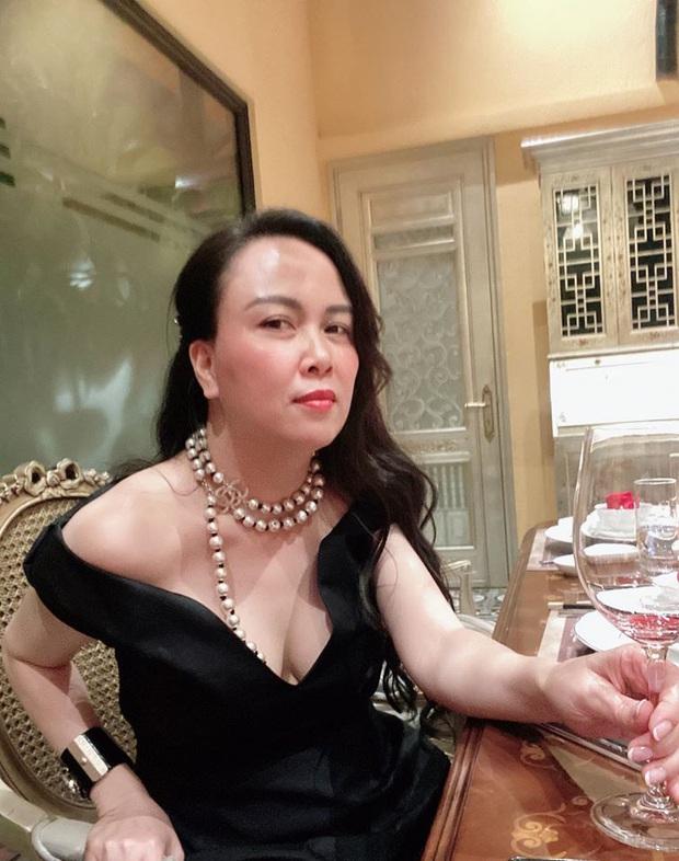 Style đang tiến bộ rõ rệt, Phượng Chanel lại tự tay đạp đổ đăng lại hình diện đồ đôi khó cảm với Ngọc Trinh ngày xưa - Ảnh 5.