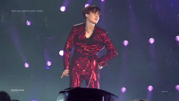 """Khoảnh khắc gây """"lú"""": Tưởng j-hope lên sân khấu nhưng thực ra lại rất… SUGA, đến fan ruột của BTS cũng phải thắc mắc """"ai là ai""""? - Ảnh 3."""