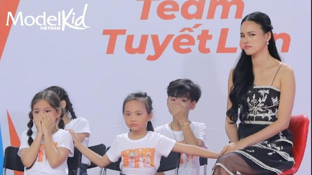 Model Kid: Quang Đại bất ngờ lên tiếng, Hương Ly đỏ hoe mắt, các thí sinh nhí ôm mặt lo lắng - Ảnh 8.