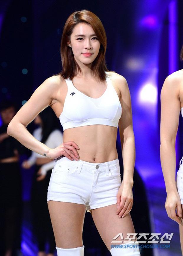"""Quá khứ làm vũ công phụ họa của loạt idol đình đám: Anh em BTS nhảy phụ cho đàn anh cùng nhà, Kang Daniel diễn cảnh tình tứ với mỹ nhân """"bốc lửa"""" - Ảnh 17."""