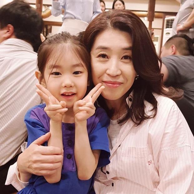 Mẹ 2 con Kim Tae Hee đẹp mỹ miều ở hậu trường, nhưng netizen lại không thể rời mắt khỏi diễn viên U60 The Heirs - Ảnh 4.