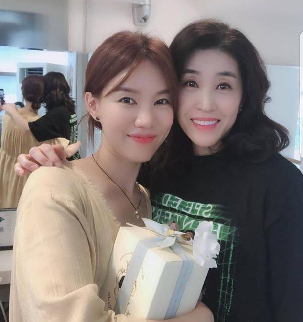Mẹ 2 con Kim Tae Hee đẹp mỹ miều ở hậu trường, nhưng netizen lại không thể rời mắt khỏi diễn viên U60 The Heirs - Ảnh 7.