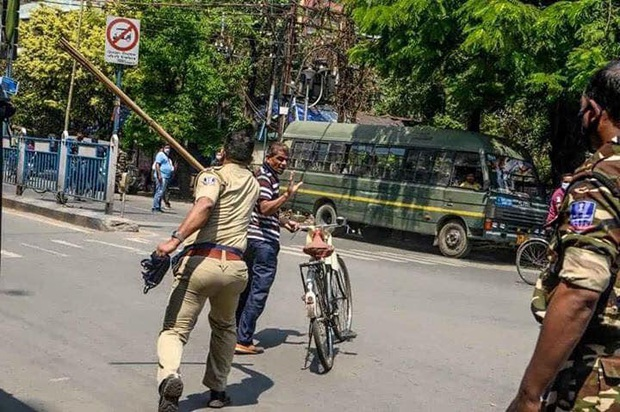 Ngày đầu tiên bị phong tỏa của đất nước 1,3 tỉ dân: Cảnh sát Ấn Độ truy lùng người chống lệnh, quất roi, bắt chống đẩy giữa phố - Ảnh 4.