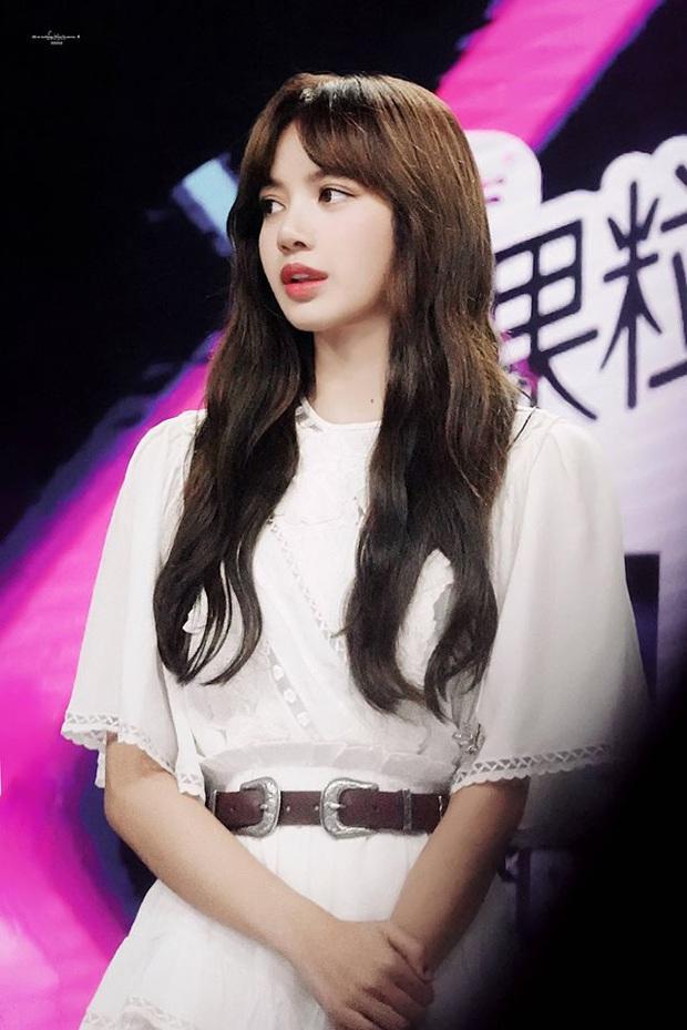 Lisa vén tóc mái khi làm giám khảo: Combo da trắng - môi đỏ - tóc đen, ủa tưởng Bạch Tuyết? - Ảnh 6.