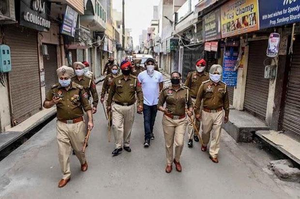 Ngày đầu tiên bị phong tỏa của đất nước 1,3 tỉ dân: Cảnh sát Ấn Độ truy lùng người chống lệnh, quất roi, bắt chống đẩy giữa phố - Ảnh 7.