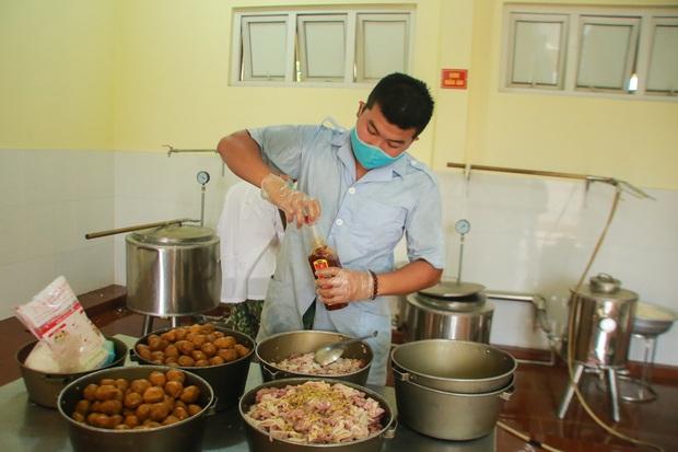Ảnh: Các chiến sỹ Trung đoàn Pháo binh 58 tất bật chuẩn bị bữa ăn cho 300 công dân trong khu cách ly quân đội - Ảnh 4.