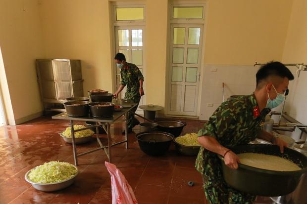 Ảnh: Các chiến sỹ Trung đoàn Pháo binh 58 tất bật chuẩn bị bữa ăn cho 300 công dân trong khu cách ly quân đội - Ảnh 8.