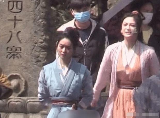 Rộ tin Triệu Lệ Dĩnh mặt nặng mày nhẹ trên phim trường với Chu Khiết Quỳnh vì bị đàn em giở thủ đoạn sau lưng - Ảnh 13.