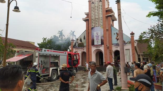 Đang sửa chữa, nhà thờ Cồn Dầu ở Đà Nẵng bất ngờ bốc cháy - Ảnh 7.