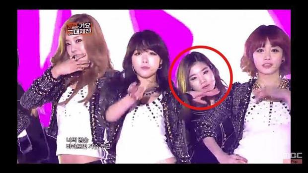 """Quá khứ làm vũ công phụ họa của loạt idol đình đám: Anh em BTS nhảy phụ cho đàn anh cùng nhà, Kang Daniel diễn cảnh tình tứ với mỹ nhân """"bốc lửa"""" - Ảnh 13."""
