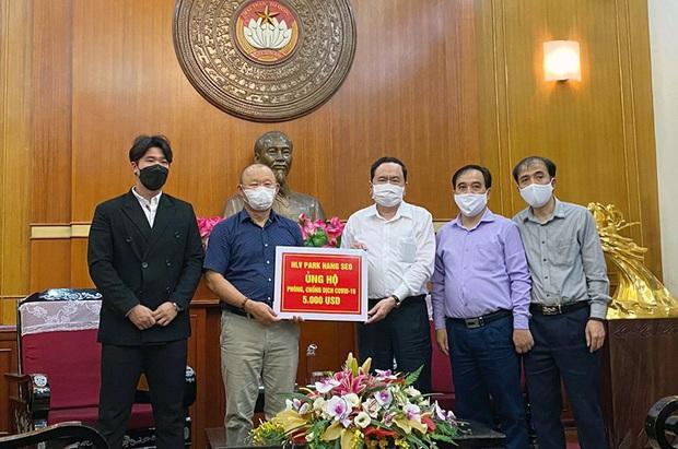Thầy Park ủng hộ tiền chống Covid-19: Tôi góp một phần nhỏ bé, hy vọng an ủi được những người chịu đau khổ vì dịch bệnh - Ảnh 1.