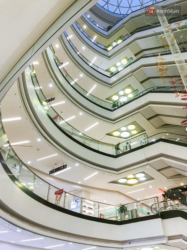 Cảnh tượng vắng chưa từng thấy tại loạt trung tâm thương mại đình đám nhất Sài Gòn, số người ra vào chỉ đếm trên đầu ngón tay - Ảnh 27.