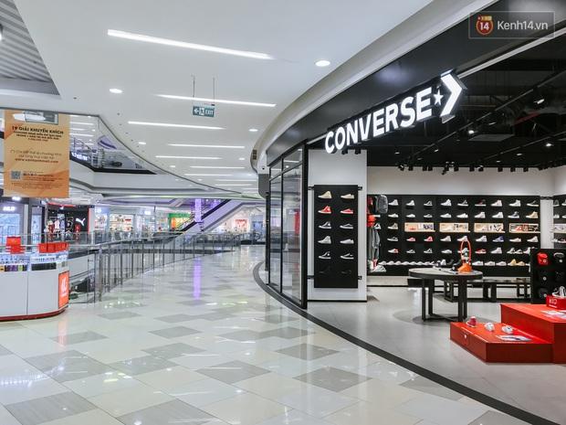 Cảnh tượng vắng chưa từng thấy tại loạt trung tâm thương mại đình đám nhất Sài Gòn, số người ra vào chỉ đếm trên đầu ngón tay - Ảnh 37.