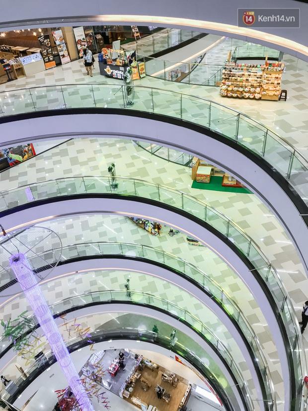 Cảnh tượng vắng chưa từng thấy tại loạt trung tâm thương mại đình đám nhất Sài Gòn, số người ra vào chỉ đếm trên đầu ngón tay - Ảnh 31.