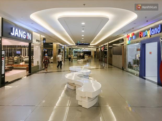 Cảnh tượng vắng chưa từng thấy tại loạt trung tâm thương mại đình đám nhất Sài Gòn, số người ra vào chỉ đếm trên đầu ngón tay - Ảnh 22.