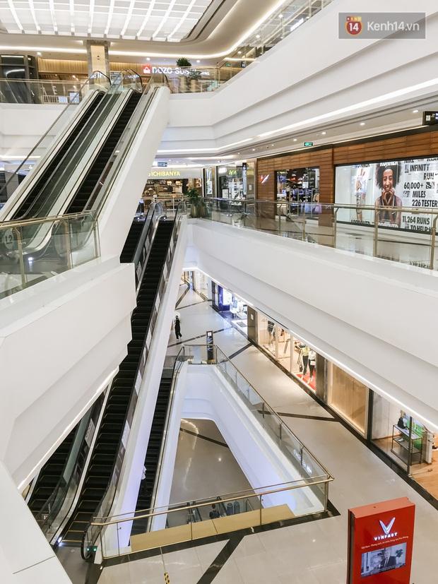 Cảnh tượng vắng chưa từng thấy tại loạt trung tâm thương mại đình đám nhất Sài Gòn, số người ra vào chỉ đếm trên đầu ngón tay - Ảnh 7.