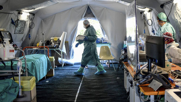 Mọi thứ trở nên hỗn loạn chưa từng thấy: Các bệnh viện Mỹ đang vỡ trận vì đại dịch virus corona - Ảnh 1.