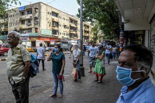Ngày đầu tiên bị phong tỏa của đất nước 1,3 tỉ dân: Cảnh sát Ấn Độ truy lùng người chống lệnh, quất roi, bắt chống đẩy giữa phố - Ảnh 1.