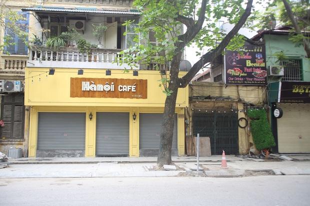 Hà Nội đóng cửa quán cà phê, hàng trà đá vỉa hè vẫn đông đúc người chém gió, đánh cờ - Ảnh 1.