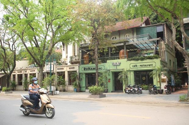 Hà Nội đóng cửa quán cà phê, hàng trà đá vỉa hè vẫn đông đúc người chém gió, đánh cờ - Ảnh 2.