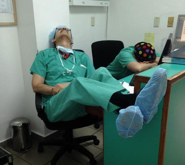 Chùm ảnh vật vờ, mặt biến dạng, nguy cơ bệnh tật cao... của các bác sĩ, y tá mùa dịch Covid-19 mới thấy ngành Y khổ thế nào! - Ảnh 9.