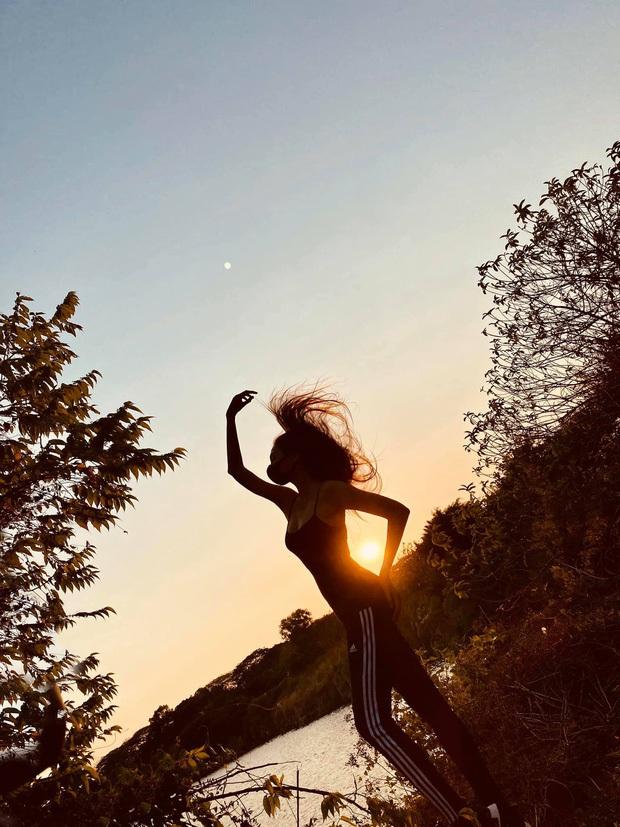 Muôn kiểu sao Vbiz sống ảo mùa tránh dịch: Nhìn là muốn học gấp chiêu pose của Võ Hoàng Yến và vợ chồng Chúng Huyền Thanh! - Ảnh 4.