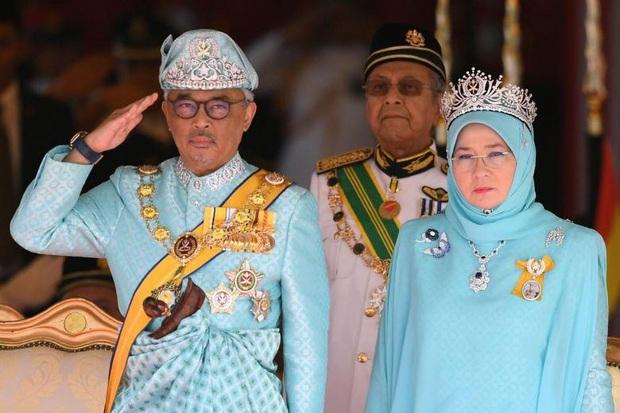 7 nhân viên Hoàng gia nhiễm virus corona, Vua và Hoàng hậu Malaysia tự cách ly - Ảnh 1.