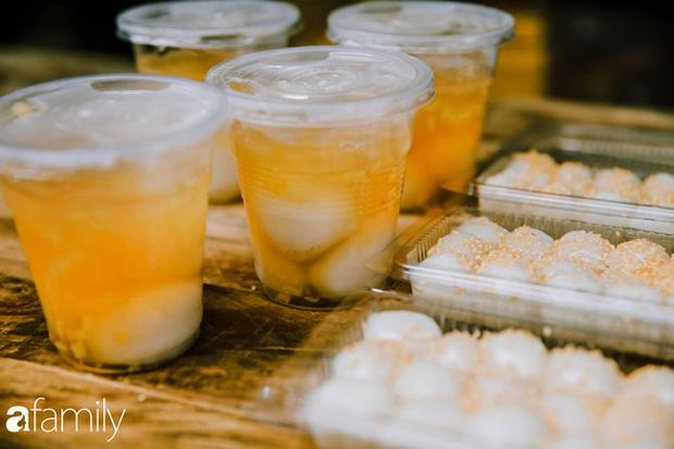 Phố phường vắng tanh nhưng những quán bánh trôi bánh chay nổi tiếng Hà thành vẫn đông người đến mua trước ngày Tết Hàn thực - Ảnh 12.