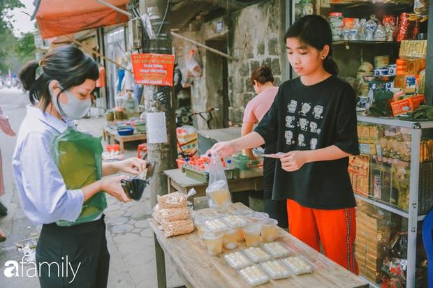 Phố phường vắng tanh nhưng những quán bánh trôi bánh chay nổi tiếng Hà thành vẫn đông người đến mua trước ngày Tết Hàn thực - Ảnh 14.