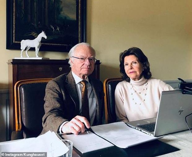 Cuộc sống ở ẩn của các thành viên hoàng gia thời dịch bệnh: Gói gọn trong phòng làm việc, người vẫn thần thái sang chảnh, người giản dị bất ngờ - Ảnh 6.