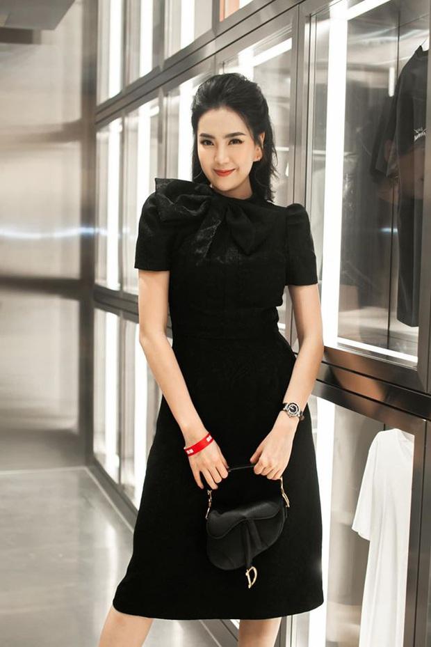 Mai Ngọc cosplay nữ sinh, diện áo trắng váy đen nhưng lại chưng phụ kiện hàng hiệu đắt giá đủ khiến chị em trầm trồ - Ảnh 6.