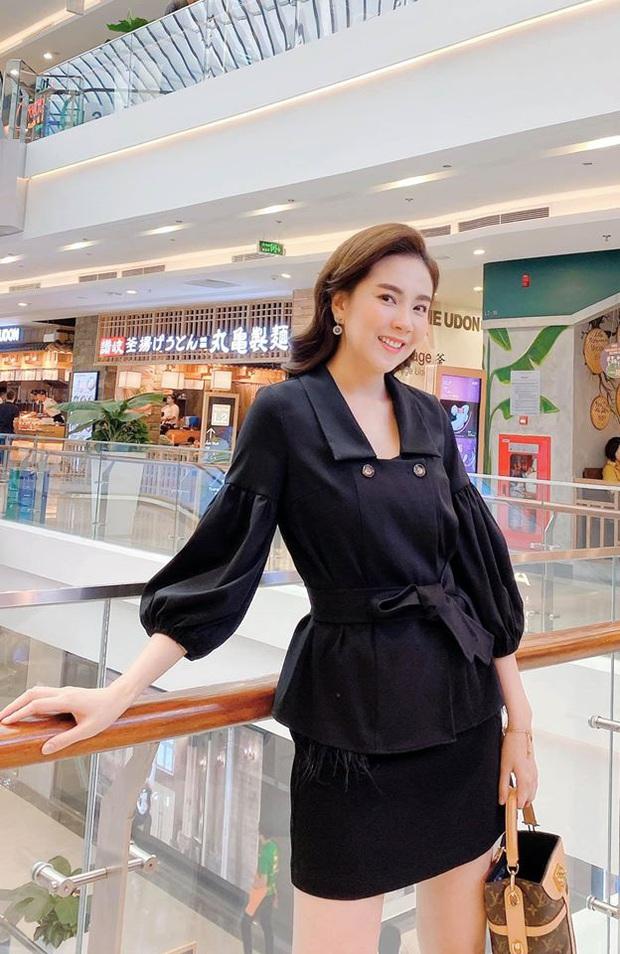 Mai Ngọc cosplay nữ sinh, diện áo trắng váy đen nhưng lại chưng phụ kiện hàng hiệu đắt giá đủ khiến chị em trầm trồ - Ảnh 8.