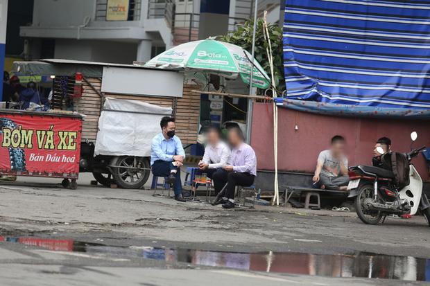 Hà Nội đóng cửa quán cà phê, hàng trà đá vỉa hè vẫn đông đúc người chém gió, đánh cờ - Ảnh 8.
