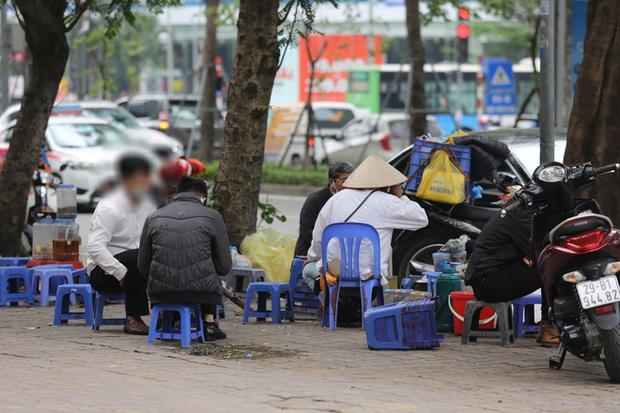 Hà Nội đóng cửa quán cà phê, hàng trà đá vỉa hè vẫn đông đúc người chém gió, đánh cờ - Ảnh 4.