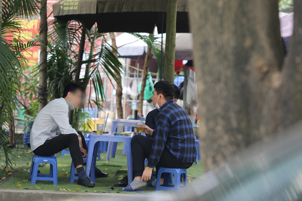 Hà Nội đóng cửa quán cà phê, hàng trà đá vỉa hè vẫn đông đúc người chém gió, đánh cờ - Ảnh 6.