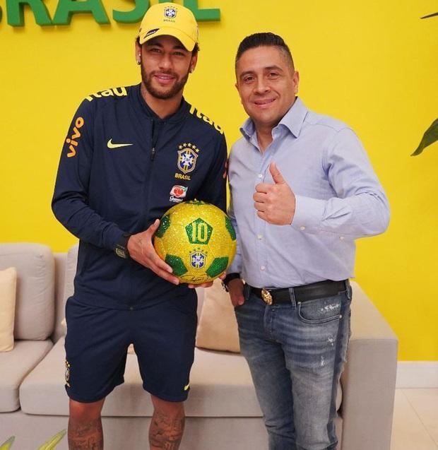 Gặp gỡ Mr Bling, nghệ nhân tranh đá quý Swarovski làm mê hoặc cả Messi, Ronaldo và Neymar - Ảnh 4.