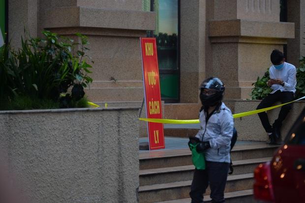 Hà Nội: Cách ly tạm thời tòa chung cư nơi bệnh nhân 148 sinh sống - Ảnh 1.