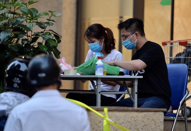 Hà Nội: Cách ly tạm thời tòa chung cư nơi bệnh nhân 148 sinh sống - Ảnh 9.
