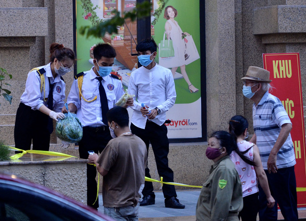 Hà Nội: Cách ly tạm thời tòa chung cư nơi bệnh nhân 148 sinh sống - Ảnh 8.