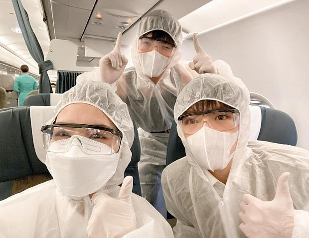 Hết Chi Pu đến gia đình Hoa dâm bụt chiếm spotlight tại sân bay với thời trang chống dịch: Siêu ngầu, siêu an toàn! - Ảnh 2.