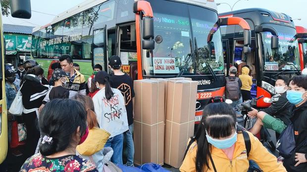 Ảnh: Người dân ùn ùn đổ ra bến xe Miền Đông, rời Sài Gòn về quê trước giờ áp dụng biện pháp hạn chế di chuyển để trách dịch - Ảnh 10.
