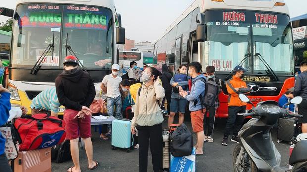 Ảnh: Người dân ùn ùn đổ ra bến xe Miền Đông, rời Sài Gòn về quê trước giờ áp dụng biện pháp hạn chế di chuyển để trách dịch - Ảnh 8.